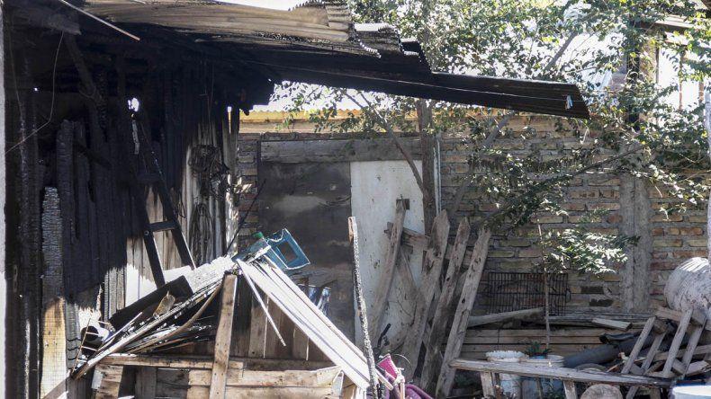 Un voraz incendio consumió una casilla en el Barrio Obrero A