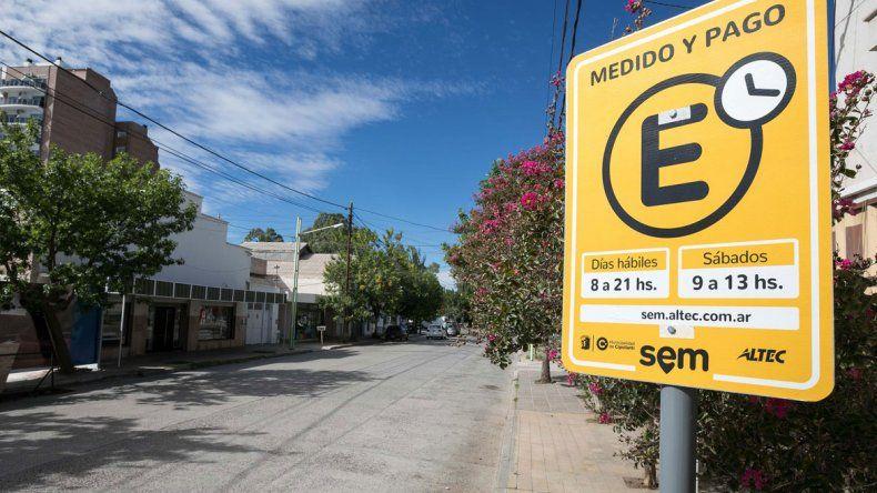 En muchas calles céntricas se observa una baja en la cantidad de vehículos estacionados. Muchos automovilistas dejan sus autos en barrios aledaños.