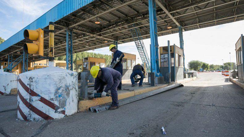 Ayer comenzaron las tareas de remoción de las cabinas del peaje.