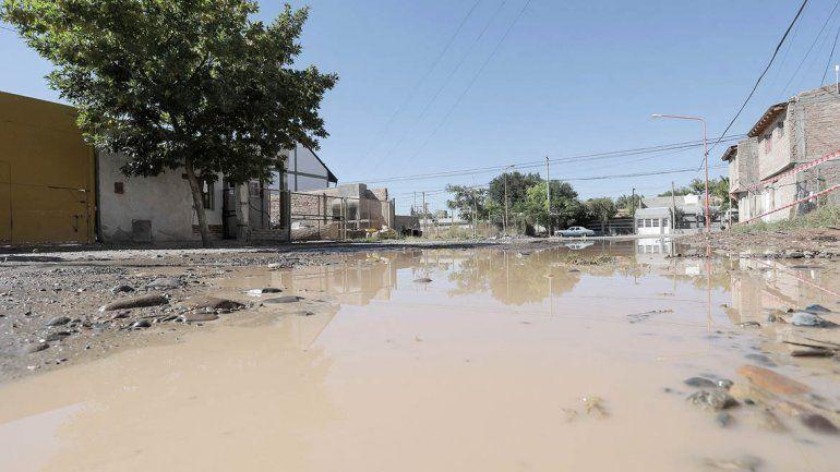 Un derrame de agua provoca bronca entre los vecinos del Luis Piedrabuena