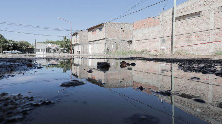 La pérdida de agua potable generó una gran laguna en la esquina de las calles Río Colorado y Bolivia.