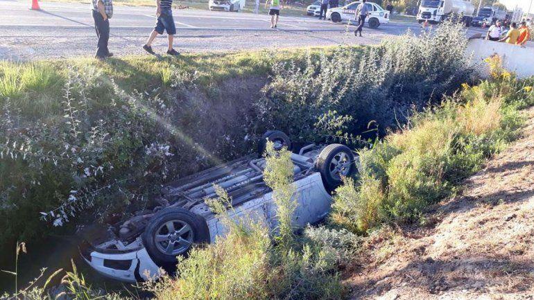 Cruzó sin mirar la ruta y provocó que un auto vuelque y termine adentro del canal de riego