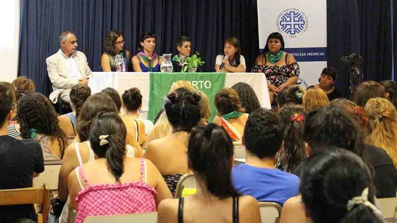 La cátedra libre de aborto arrancó con una multitud en la UNCo