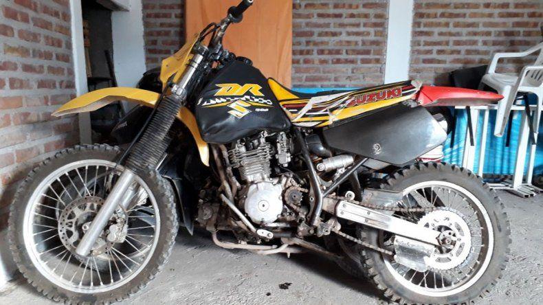 La moto en la que circulaban quedó secuestrada en el puesto caminero.
