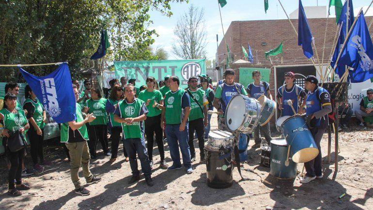 Estatales realizaron una olla popular frente a la sede cipoleña del INTI.