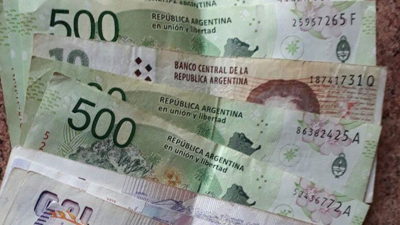 El cajero les dio un billete de 10 pesos en lugar de uno de $500.