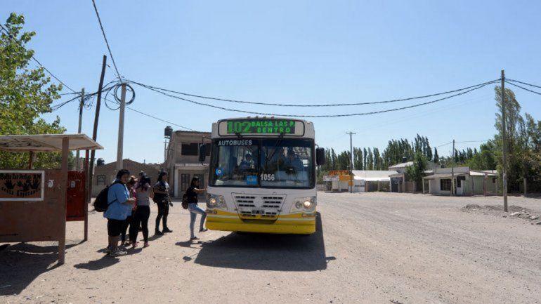 La empresa Autobuses Neuquén brinda el servicio en Las Perlas.