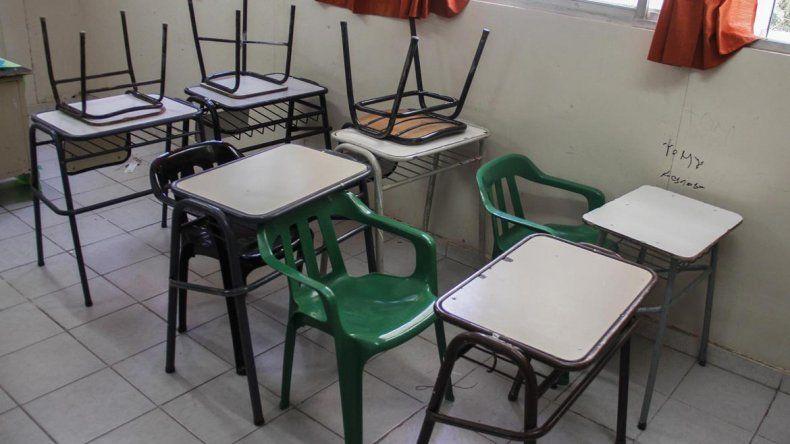 Los chicos de la Escuela 53 empezaron las clases con sillas de plástico