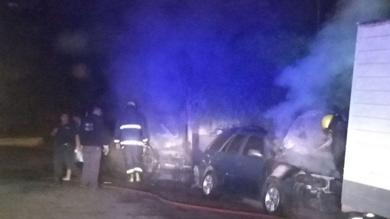 El incendio de los vehículos ocurrió en una casa del barrio Almirante Brown.