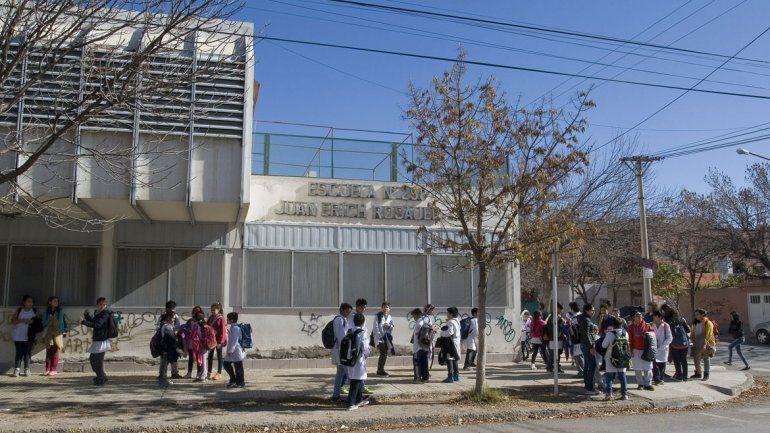 La falta de porteros deja sin clases a muchas escuelas. Desde Provincia admiten que faltan