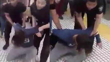 la procesan por besar a su esposa en la estacion de tren