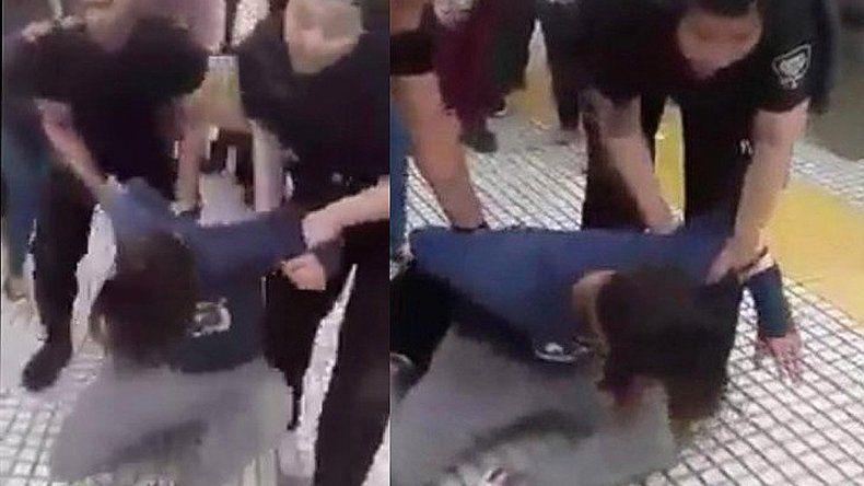 Procesan a mujer que le detuvieron por besar a su esposa en una estación de tren