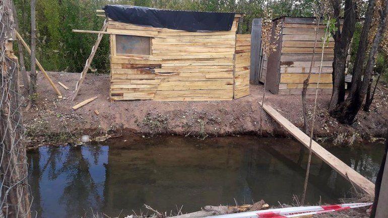 La precaria casilla en la que vive la mujer que cuidaba al bebé está sobre el terraplén de un canal secundario de riego.