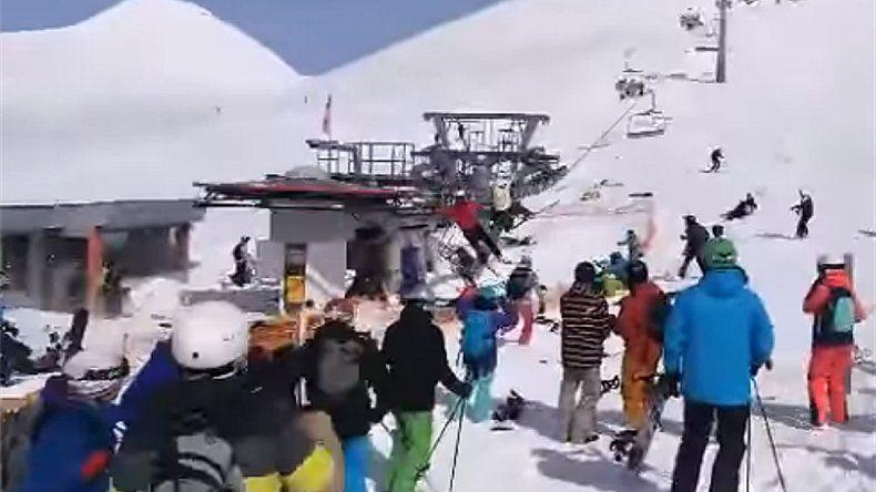 Una aerosilla se volvió loca y los esquiadores volaron por el aire