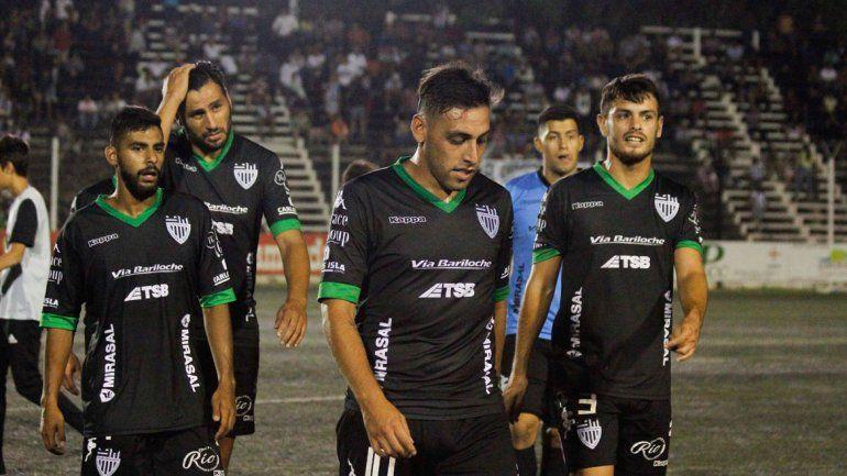 Cabezas gachas al término de un partido en La Visera: una imagen repetida a lo largo de todo el campeonato para Cipolletti.