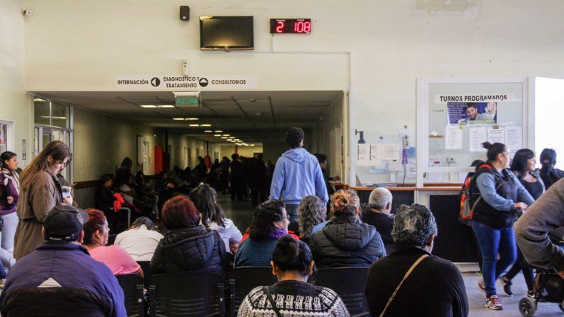 Todos los días el hospital se llena de gente que busca un turno para ser atendidos por profesionales de distintas especialidades.