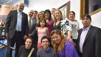 Vecinos de las tomas cipoleñas estuvieron presentes ayer en la Legislatura y celebraron la aprobación de la expropiación junto a legisladores de la ciudad.