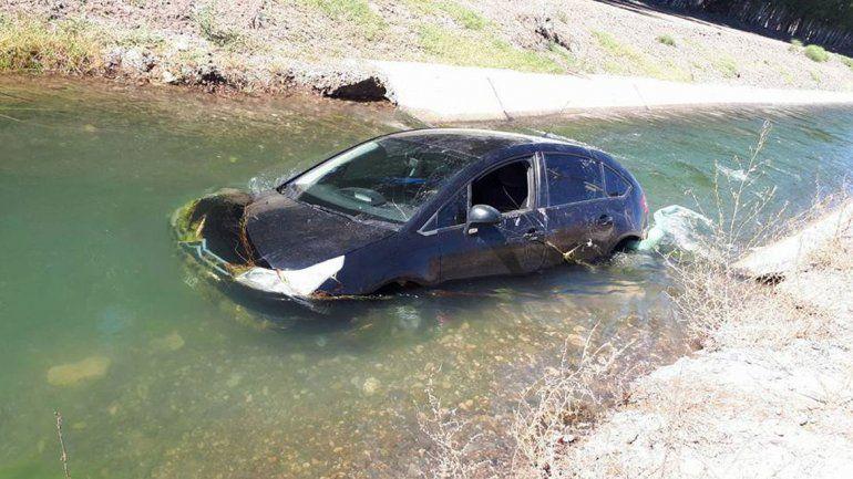 El Citroën C4 cayó al canal a la altura de la rotonda del tercer puente.