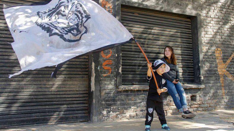 El sentimiento no se termina. El pequeño albinegro agita la bandera.