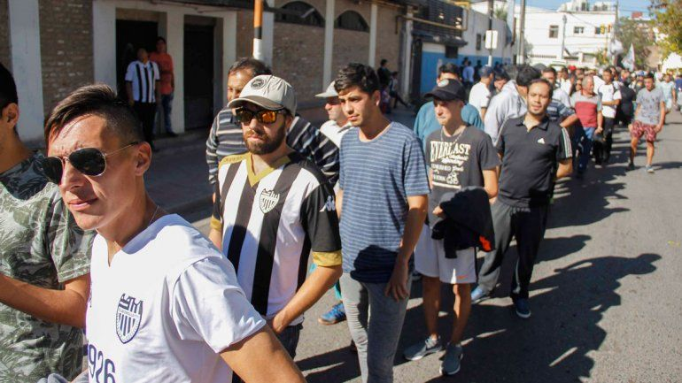 Largas filas en la calle OHiggins para entrar a las populares.