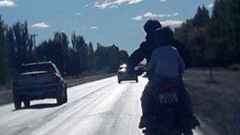 Iba en moto por Ruta 22 con su pequeño sin casco