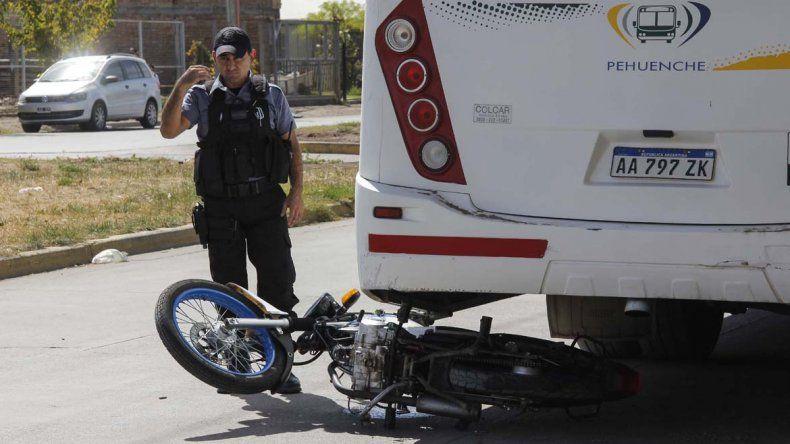 Brutal choque entre un colectivo Pehuenche y una moto dejó a un joven herido