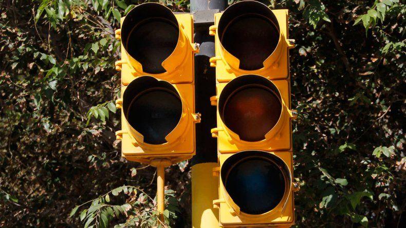 El semáforo está ubicado en la esquina de Manuel Estrada y Perú.