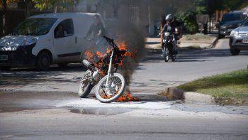 Se le prendió fuego la moto en pleno centro por un cortocircuito y se salvó de milagro