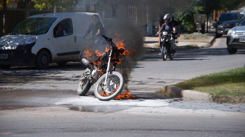 Se le prendió fuego la moto mientras circulaba en plena avenida