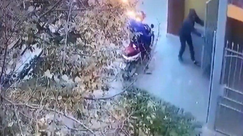 Mirá cómo dos pibes chorros rompen el portón de una casa para robar