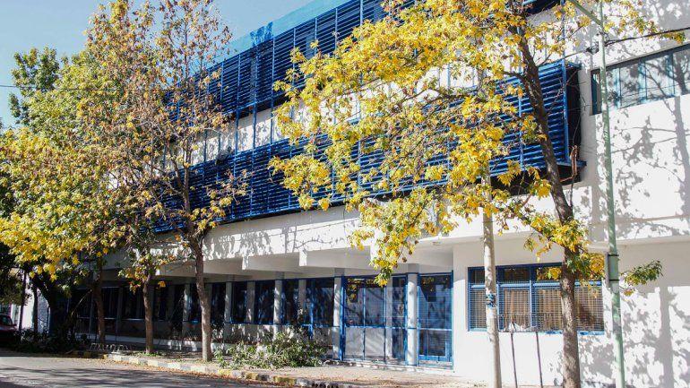Echan a un cura de un colegio católico por amenazar a un alumno con una navaja