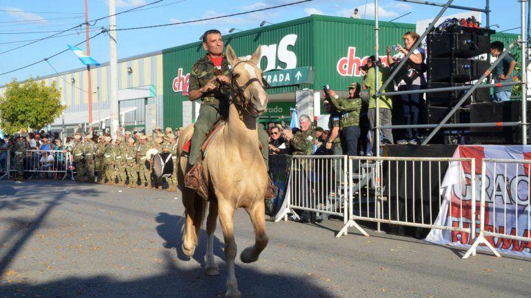 El tradicional desfile en la calle Bolivia contó con una masiva participación popular. Los vecinos homenajearon a los ex combatientes.