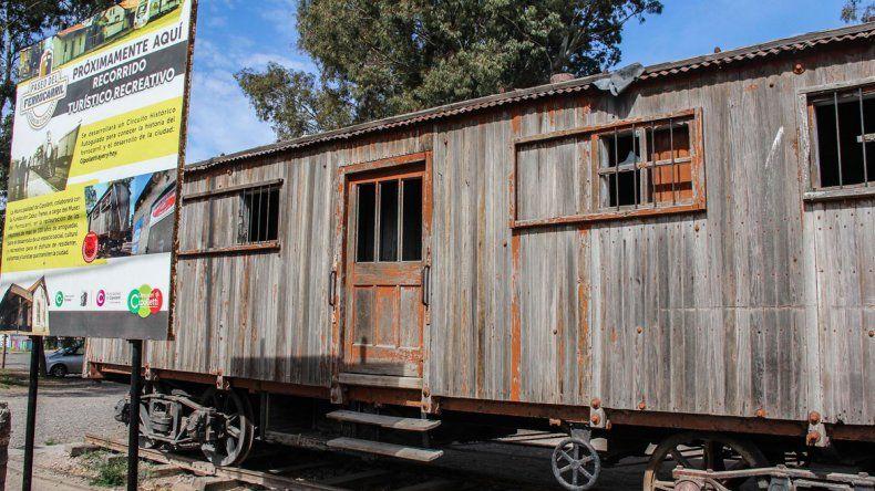 Los antiguos vagones en los que iba a funcionar el museo ferroviario por ahora están abandonados y en mal estado.