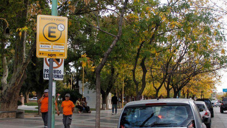 El nuevo horario del estacionamiento pago no fue actualizado en los carteles.