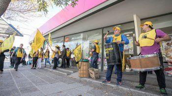La Asociación de Empleados de Comercio protestó ayer frente a Blancoamor.