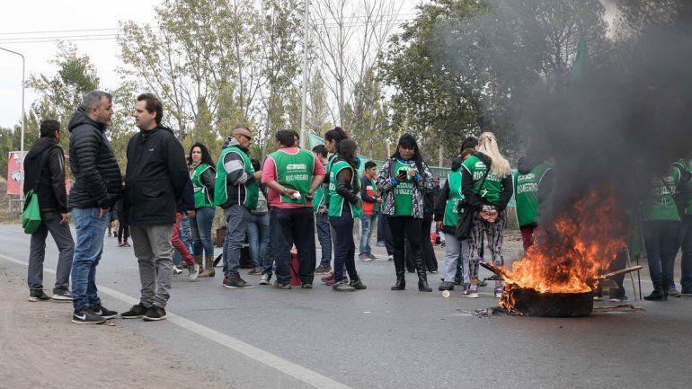 ATE Río Negro se movilizó ayer a la Ruta 22 y bloqueó la mano que va de Cipolletti a Neuquén.