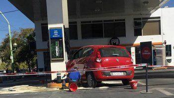Un conductor despistado calculó mal y se tragó el  surtidor de nafta
