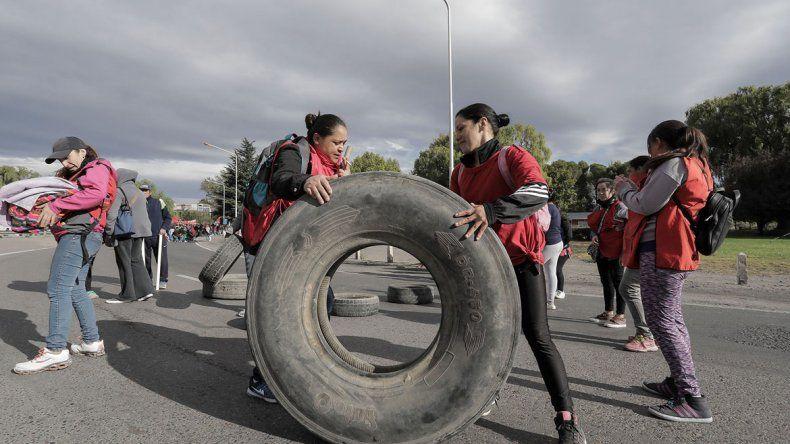 El paso vehicular a Neuquén estuvo cortado durante al menos tres horas. El jueves 19 volverán a protestar.