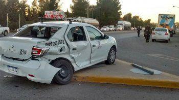 un camion choco a un taxi en la ruta 22 y hubo dos heridos