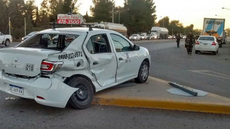 El taxi resultó con importantes daños en la parte trasera.