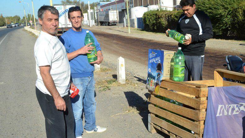 Empleados de Interlagos venden gaseosas en la ruta