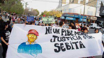 Una gran cantidad de vecinos, sobre todo del barrio Anai Mapu, participaron ayer de la marcha por las calles del centro para exigir justicia.