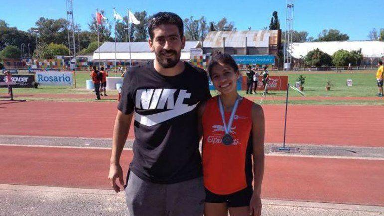 Martina Escudero junto a su entrenador Diego Pichipil.