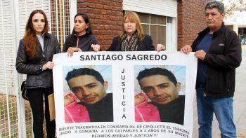 Familiares de Santiago Sagredo pidieron ayer, frente a la Fiscalía, que se eleve el caso a juicio.