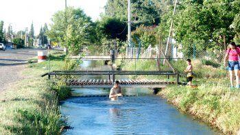 En verano, los canales son usados como balnearios pese a estar prohibido.