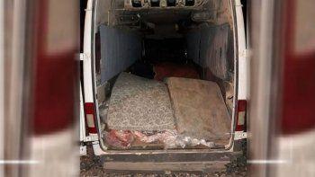 La carga era transportada en una trafic, tapada con colchones.