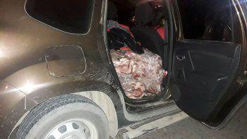 escondia 300 kg de carne en su camioneta y lo atraparon