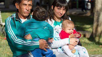 una pareja no tiene donde ir y duerme en la plaza con sus bebes
