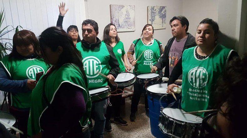 Polémica por una violenta toma en el municipio de Fernández Oro