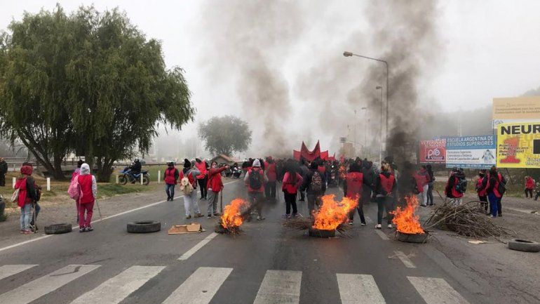 Tras cinco horas de corte en la Ruta 22, los manifestantes levantaron los bloqueos
